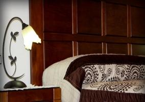 Dormitorio con cabecero en madera