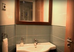 Baño de habitación con todo lo necesario