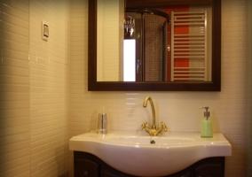 Estupendo cuarto de baño con ducha y toallero