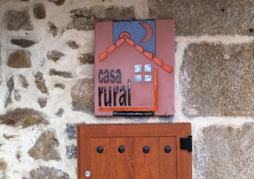 Azulejo de la casa rural en la entrada