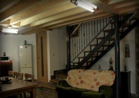 Amplia sala de estar con acceso a las habitaciones