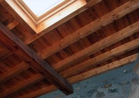 Detalle del techo en madera