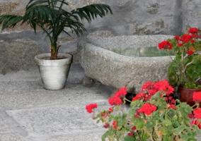 Bonita decoración en piedra del patio interior de la casa