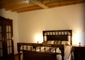 Habitación de matrimonio con bonita cama en madera