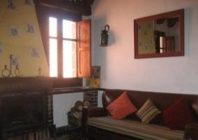 Dormitorio con mobiliario en madera