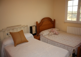 Dormitorio con camas de matrimonio