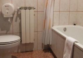 Baño con ducha y calefacción