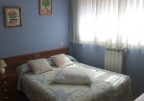 Dormitorio amplio con cama muy grande