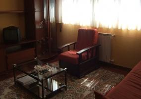 Amplio salón con un gran mueble