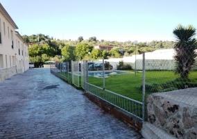 Jardín con piscina y camino de acceso