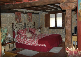 Dormitorio con dos camas juntas y abuhardillado