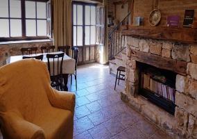 Sala de estar con sillones frente a la chimenea