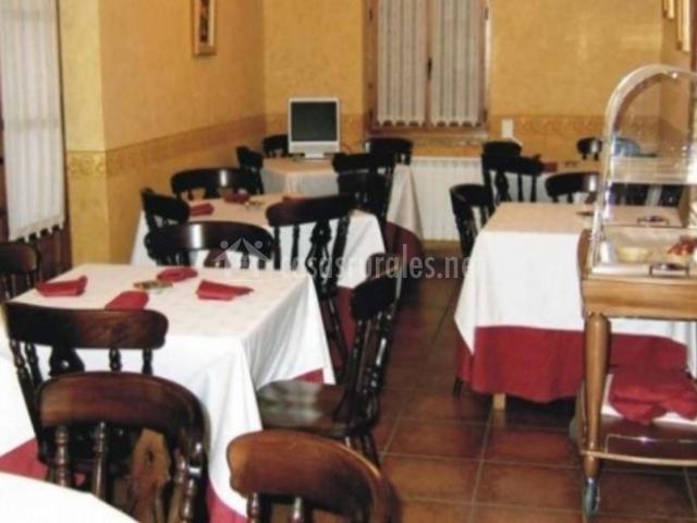 Comedor con conjunto de mesas