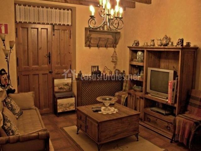 Sala de estar decorada con mobiliario de madera