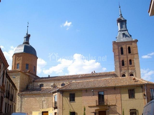 Vista de la iglesia de San Juan en Carbonero el Mayor