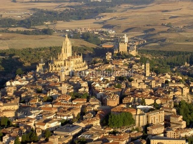 Zona centro de Segovia entre naturaleza vista desde el aire