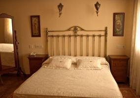 Dormitorio de matrimonio con cabecero de forja