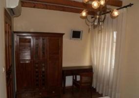Dormitorio de matrimonio con escritorio en madera