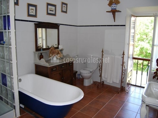 Posada de linares la galer a en selaya cantabria - Banos con banera y plato de ducha ...