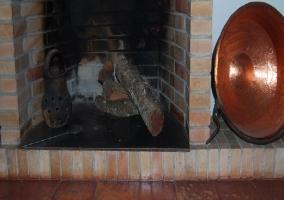 Salón con butacones y chimenea