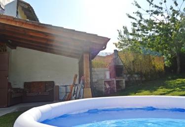 Casas rurales con piscina en saigos for Camping en navarra con piscina