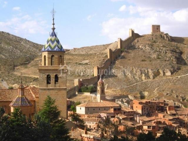 Pueblo de Albarracín con murallas medievales subiendo la colina
