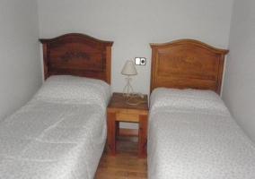 Habitación blanca con dos camas