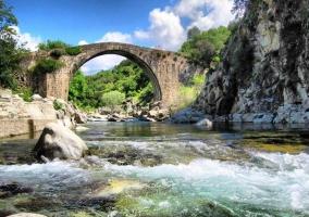 Puente romano en el embalse
