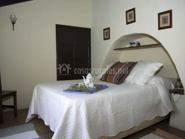 Dormitorio de matrimonio con arco en la pared