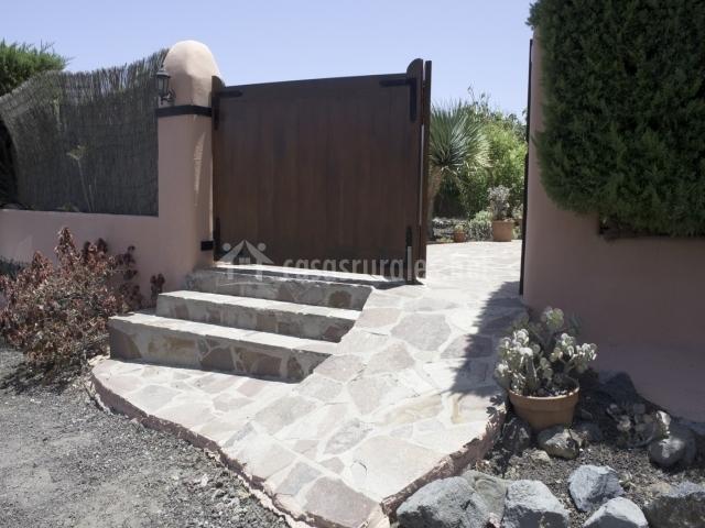 Entrada al alojamiento con rampa y escaleras