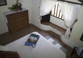 Dormitorio doble con mirador en la ventana