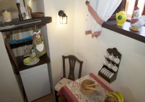 Mesa de comedor y nevera baja
