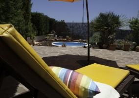 Tumbonas junto a la piscina