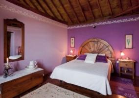 Dormitorio de matrimonio en color morado y en la parte alta