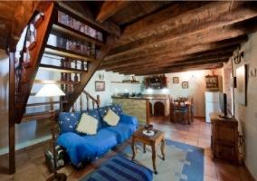 Sala de estar con alfombra en azul
