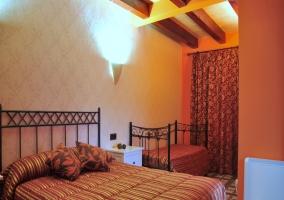 Dormitorio de matrimonio con sofá nido