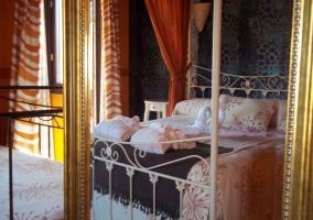 Dormitorio con elegante dosel