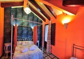 Dormitorio de matrimonio con dosel