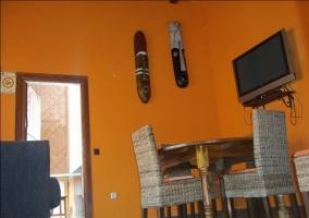 Sala de estar con la mesa de madera redonda y tele
