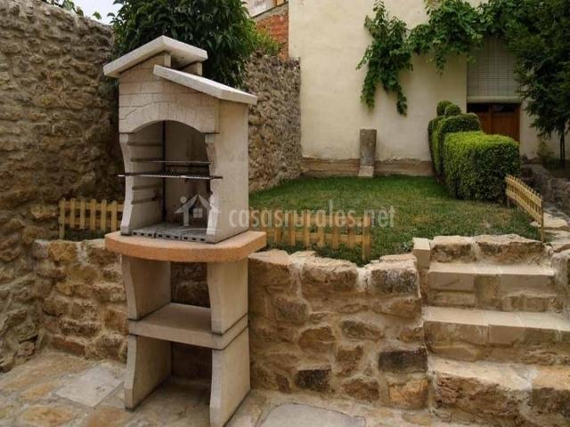 Casa rural arkupe en arroniz navarra - Jardin con barbacoa ...