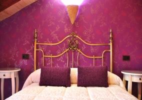Cabecero forjado con pared violeta