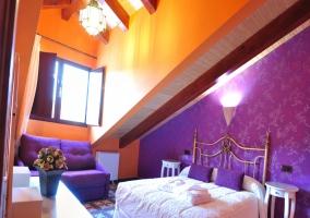 Dormitorio de matrimonio abuhardillado y violeta