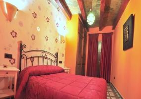 Dormitorio de matrimonio en tonos rojizos y naranjas