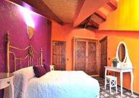 Dormitorio violeta y naranja