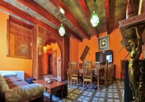 Salón comedor con figuras de bronce custodiando la impresionante chimenea