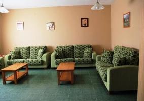 Salón repleto de sofás