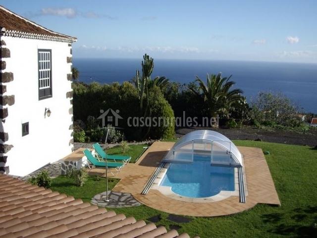 Con piscina y amplios jardines