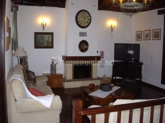 Amplio salón con chimenea