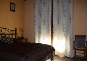 Dormitorio con cabecero en reja y maravillosa ventana