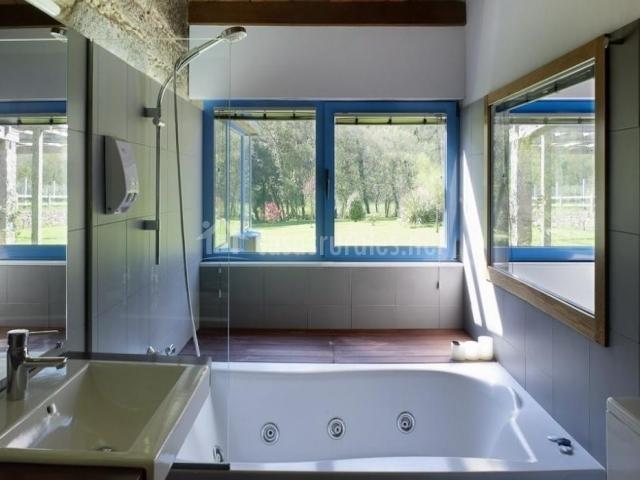 Aseo de la casa con bañera de hidromasaje